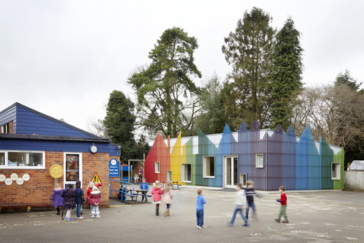 Prestwood_Infant_School_Dining_Hall__cortesia_De_Rosee_Sa_2 The Role of Color in Architecture: Visual Effects and Psychological Stimuli Architecture