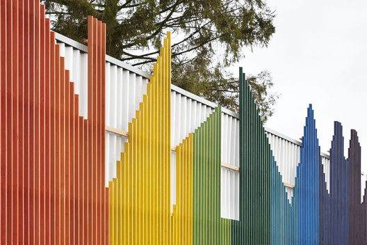Prestwood_Infant_School_Dining_Hall__cortesia_De_Rosee_Sa_1 The Role of Color in Architecture: Visual Effects and Psychological Stimuli Architecture