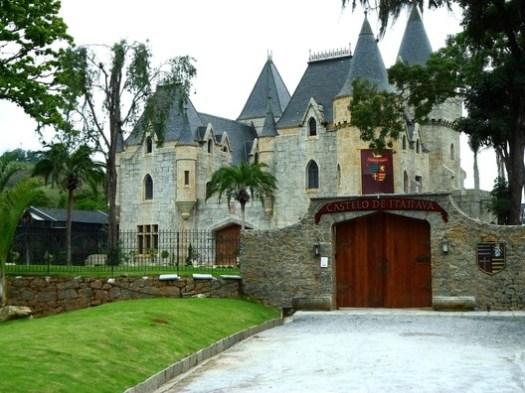 Itaipava Castle, Lucio Costa and Fernando Valentim. © Marcio Sette, via Wikipedia. License CC BY-SA 3.0