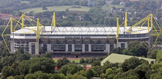 © <a href='https://commons.wikimedia.org/wiki/File:Signal_Iduna_Park_new_sign.jpg'>Wikimedia user Dmitrij Rodionov</a> licensed under <a href='https://creativecommons.org/licenses/by-sa/3.0/deed.en'>CC BY-SA 3.0</a>