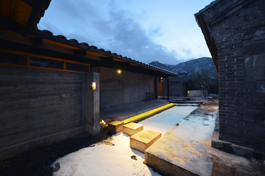 %E5%9B%BE11-%E5%86%85%E9%83%A8%E9%99%A2%E8%90%BD-courtyard_view A House Near the Great Wall / Jin Lei Architecture