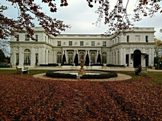 Rosecliff mansion. Image © <a href='https://upload.wikimedia.org/wikipedia/commons/6/6c/Rosecliff_in_the_Fall.jpg'>Rhonda McCloughan</a> licensed under <a href='https://creativecommons.org/licenses/by-sa/4.0/'>CC BY-SA 4.0</a>