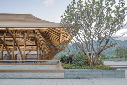 Roof inspired by the swallow's ridge. Image © SCHRAN Architectural Photography