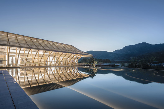 Night view of building and water. Image © SCHRAN Architectural Photography