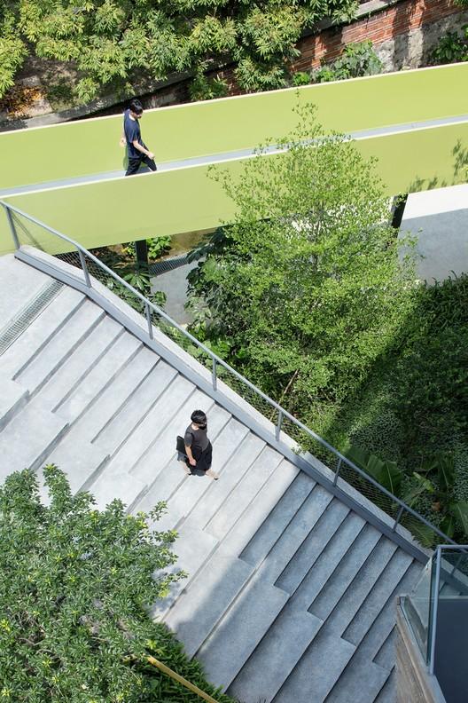 Outdoor staircase and floating bridge. Image © Zhi Xia