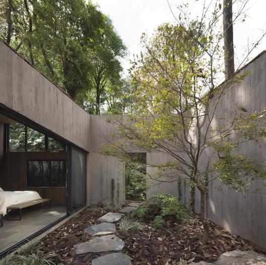L House / Dellekamp Arquitectos. Image © Sandra Pereznieto