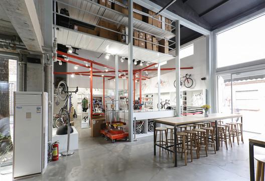 Adjacent to bicycle shop. Image © Xu Zhang
