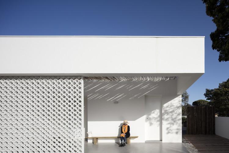 L106 House / Pereira Miguel Arquitectos © Fernando Guerra | FG+SG