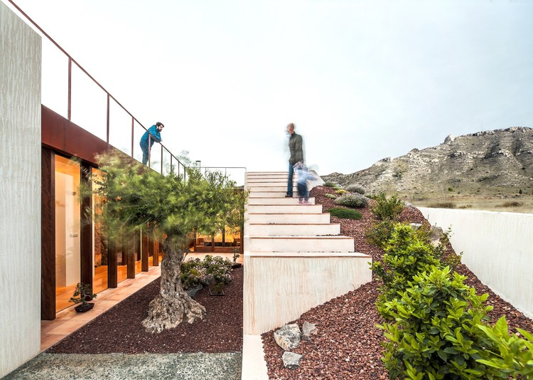 Half Buried House / eneseis arquitectura. © Andrés Flasjzer