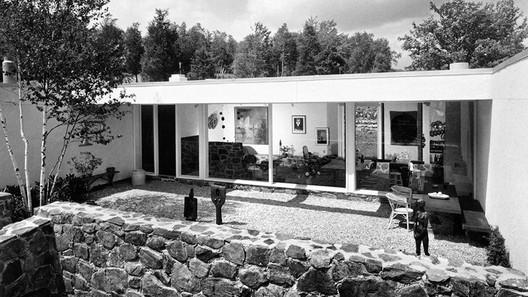 Stillman House II, courtyard with view into living area, 1966. Joseph W. Molitor. . Image Courtesy of Summitridge Pictures & Monacelli Press