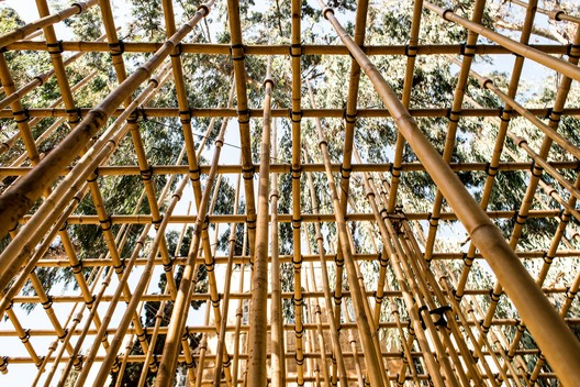 Students build a bamboo pavilion hanging from ropes and 3D printed joints. © Yifat Zailer