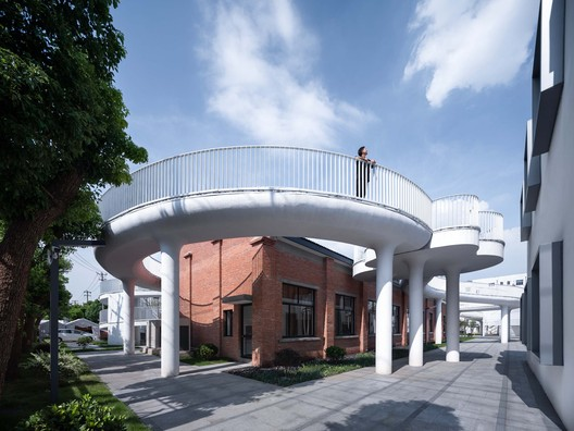 the cloud corridor surrounds the old building. Image © Qingshan Wu