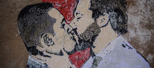 """""""quando i muri cominciano a parlare""""). Chi E Tv Boy L Autore Del Bacio Tra Salvini E Di Maio"""