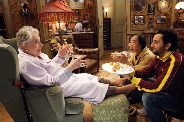 Wong Zy (Tien Shue) et Samir Chouffry (Nader Boussandel) tentent d'amadouer leur propriétaire Madame Lavignasse (Claude Gensac)