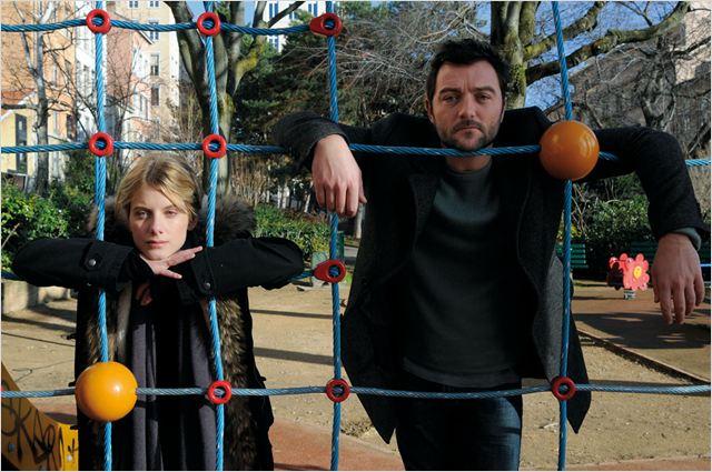 """Lisa (Mélanie Laurent) et Alex (Denis Ménochet), deux """"étrangers"""" qui vont devoir s'adopter par la force des choses..."""