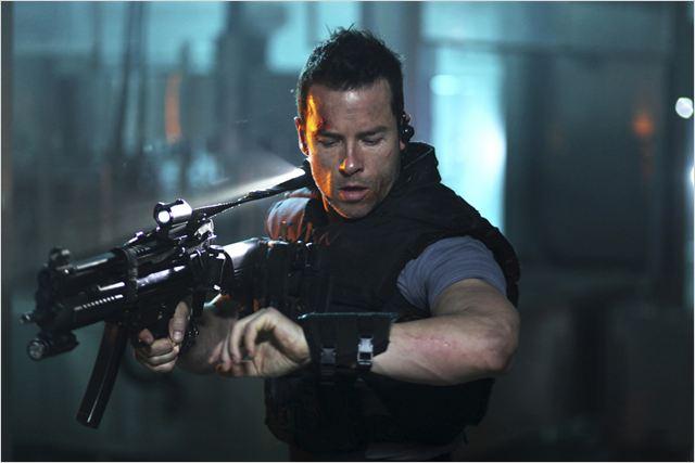 Snow (Guy Pearce) ne peut compter que sur lui-même pour accomplir sa difficile mission...