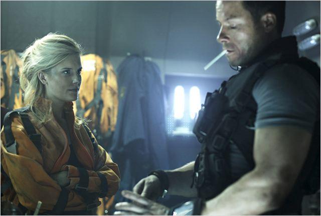 Emilie Warnock (Maggie Grace) et Snow (Guy Pearce) doivent rapidement trouver un moyen de s'échapper de la prison spatiale MS One...