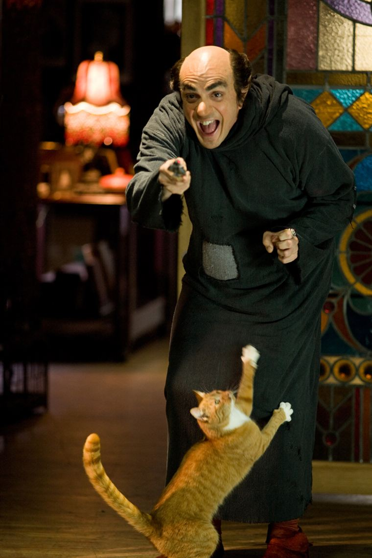 Gargamel (Hank Azaria) et son chat Azraël veulent exterminer les petits Schtroumpfs