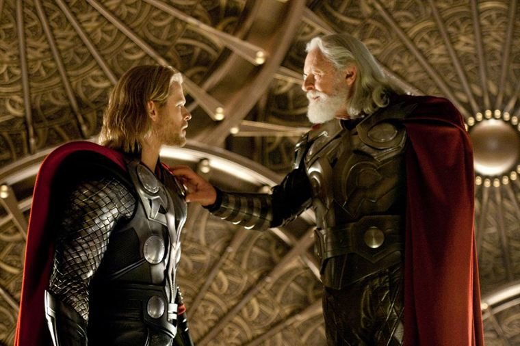 Thor (Chris Hemsworth) est banni par son père Odin (Anthony Hopkins)