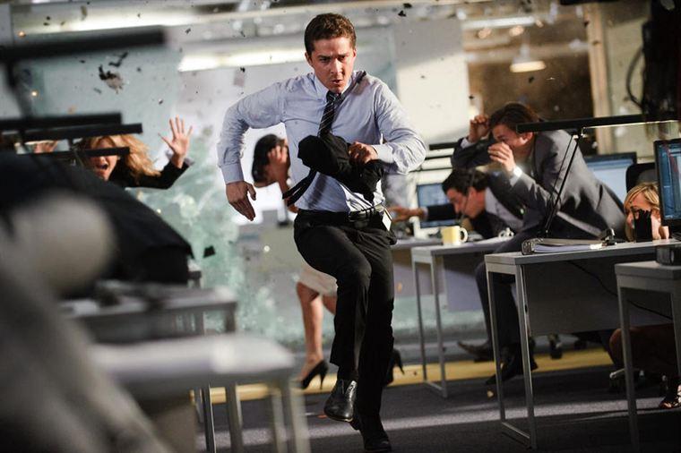 Sam Witwicky (Shia LaBeouf) se retrouve une nouvelle fois embarqué dans une lutte sans merci entre les Autobots et les Decepticons
