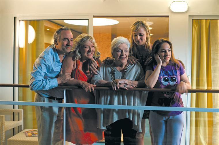 Raphie (Antoine Duléry), Hortense (Charlotte De Turckheim), Simone (Line Renaud), Chloé (Nora Arnezeder) et Alix (Marilou Berry), des passagers aux antipodes l'un de l'autre mais finalement réunis