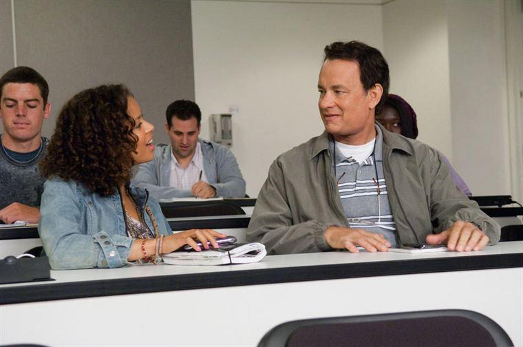 En cours, Larry (Tom Hanks) sympathise avec Talia (Gugu Mbatha-Raw), sympathique étudiante qui va l'aider à changer de vie