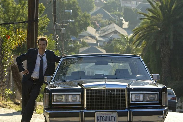 Mickey Haller (Matthew McConaughey) avec sa Lincoln (noter la plaque d'immatriculation...)