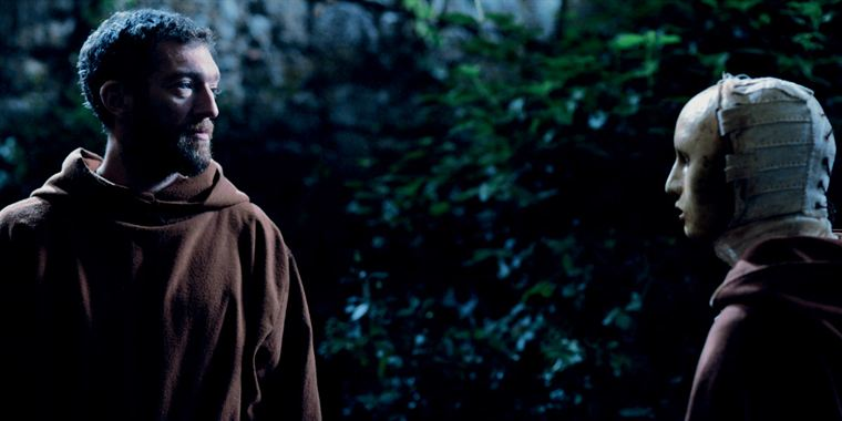 Rencontre nocturne entre Frère Ambrosio (Vincent Cassel) et le mystérieux novice masqué
