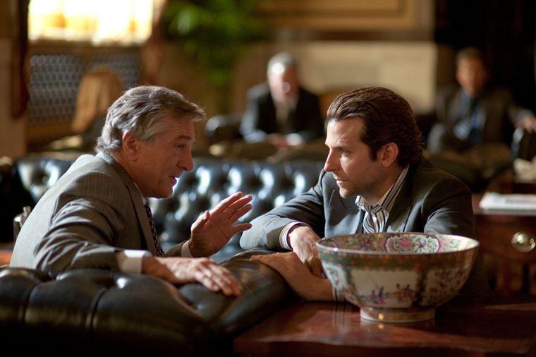 Eddie Morra (Bradley Cooper) tente de monter une affaire avec le puissant Carl Van Loon (Robert De Niro)