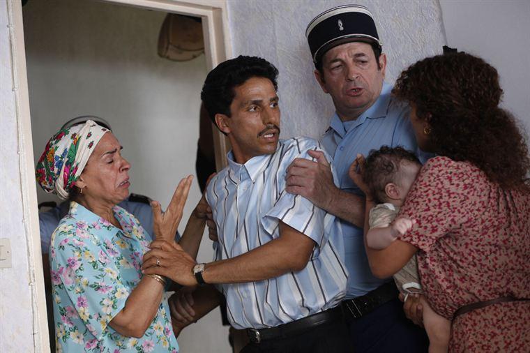Omar Raddad (Sami Bouajila) est interpellé chez lui et placé en garde à vue