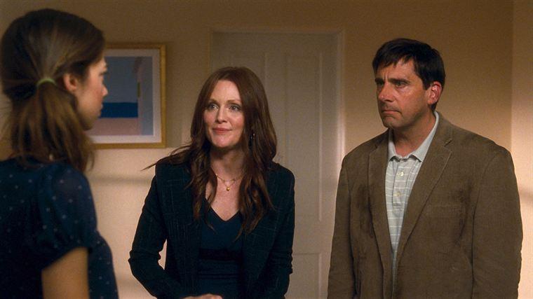 Rien ne va plus entre Emily (Julianne Moore) et Cal Weaver (Steve Carell), qui annoncent leur divorce à leur babysitter Jessica (Analeigh Tipton)
