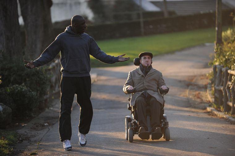Driss (Omar Sy) et Philippe (François Cluzet) apprennent à se connaître...