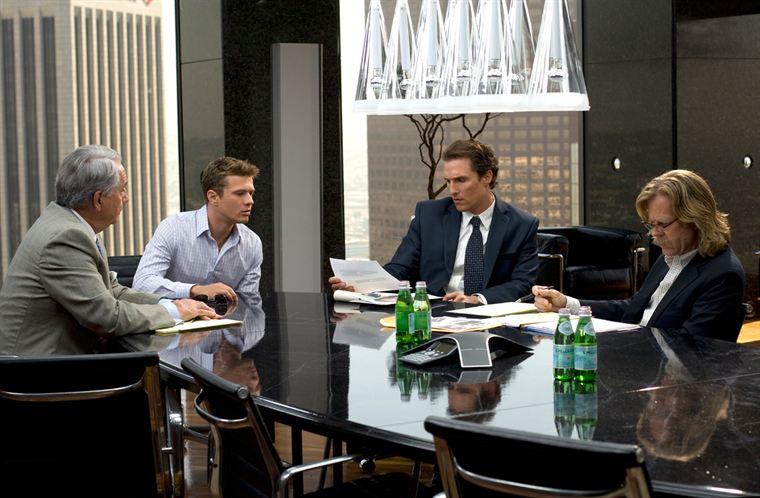 Réunion de travail pour Cecil Dobbs (Bob Gunton), l'accusé Louis Roulet (Ryan Philippe), Mickey Haller (Matthew McConaughey) et le détective Frank Levin (William H. Macy)