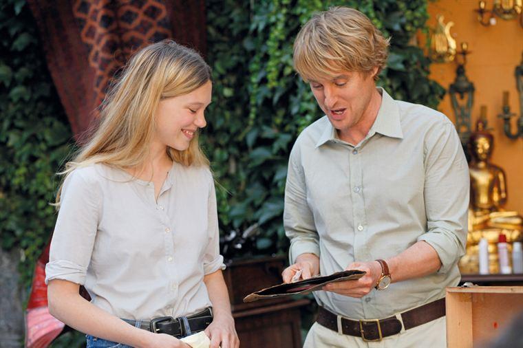 Gabrielle (Léa Seydoux) montre un disque de Cole Porter à Gil (Owen Wilson)