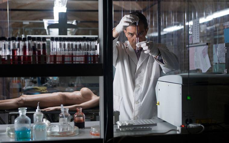 Robert Ledgard (Antonio Banderas) tente de mettre au point une peau artificielle révolutionnaire