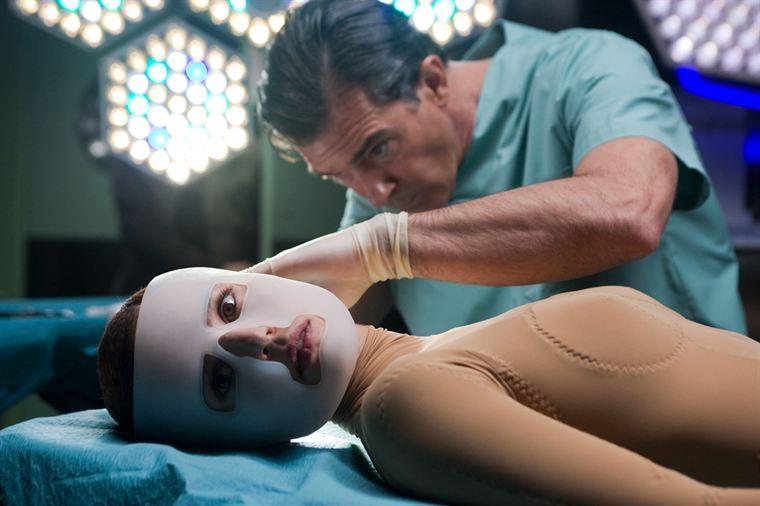 Robert Ledgard (Antonio Banderas) et son cobaye Vera (Elena Anaya)