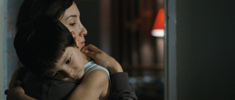 Umay (Sibel Kekilli) et son fils Cem (Nizam Schiller), obligés de fuire un mari/père violent et une famille trop attachée à ses principes
