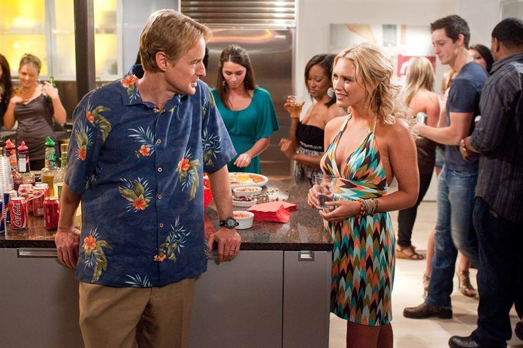 Rick (Owen Wilson) a jeté son dévolu sur la charmante serveuse Leigh (Nicky Whelan)