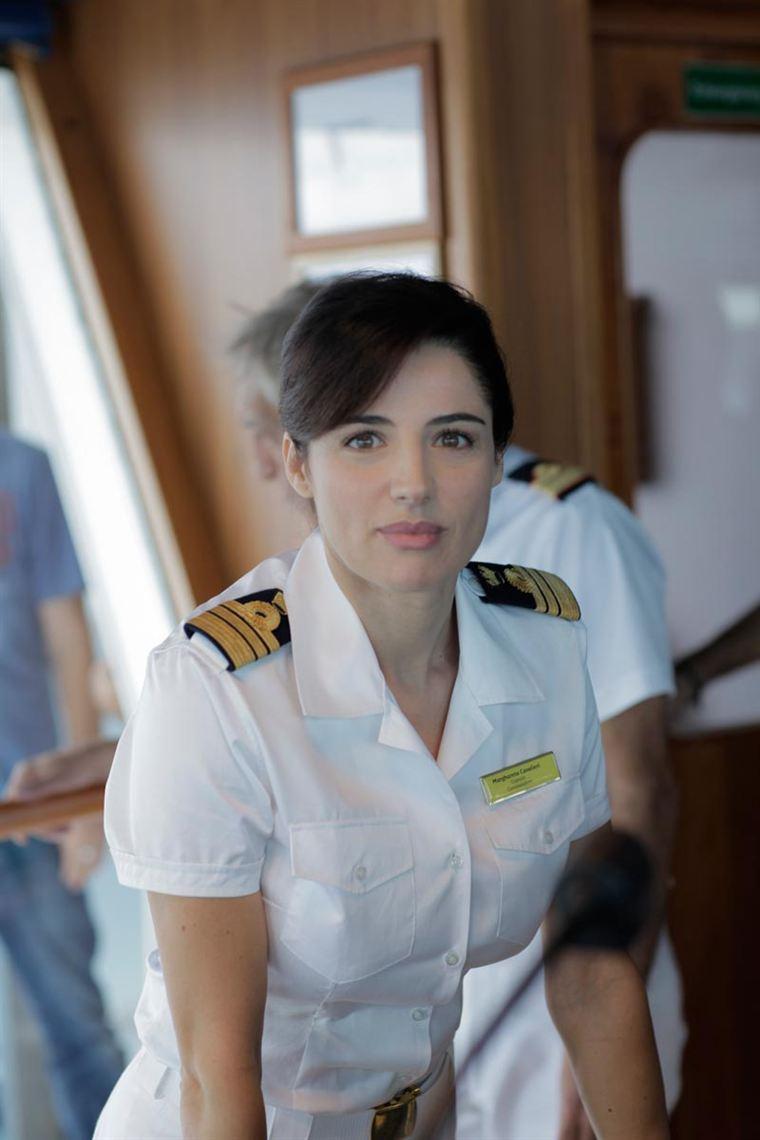 Le commandant de bord Margherita Cavallieri (Luisa Ranieri), femme mystérieuse qui déchaîne les passions auprès de ses collègues masculins...