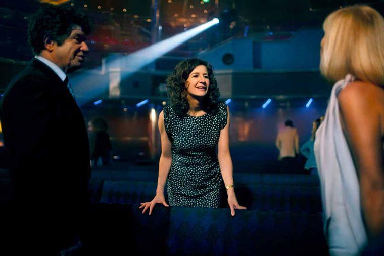 Isabelle (Valérie Lemercier), ex-DRH - et ex du patron... - mijote sa vengeance contre Jérôme Berthelot (Lionnel Astier) qui craint de se faire démasquer par sa femme Caroline (Elisa Servier)