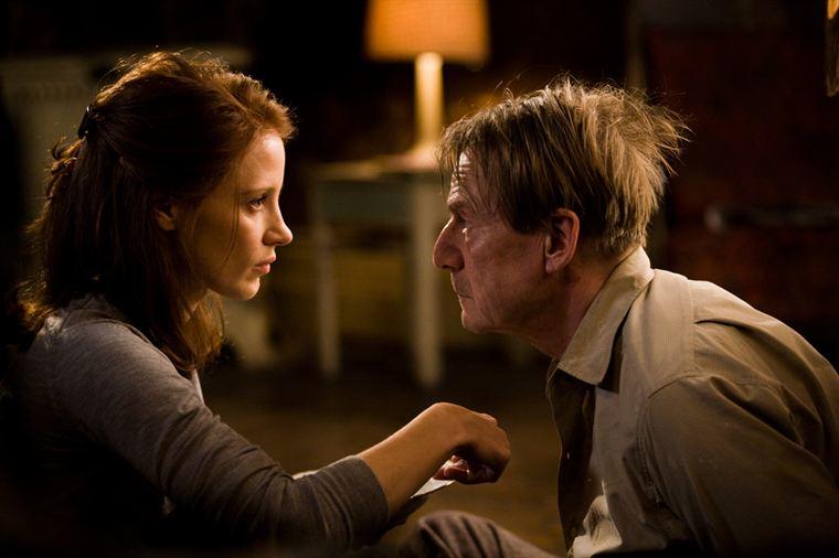 Rachel Singer (Jessica Chastain) doit nourrir son otage, le professeur Vogel alias le chirurgien de Birkenau (Jesper Christensen)