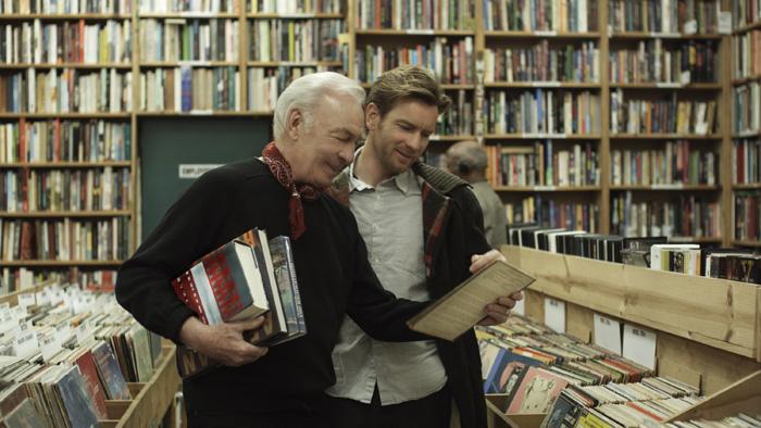 Oliver (Ewan McGregor) profite de moments simples avec son père Hal (Christopher Plummer), condamné par la maladie