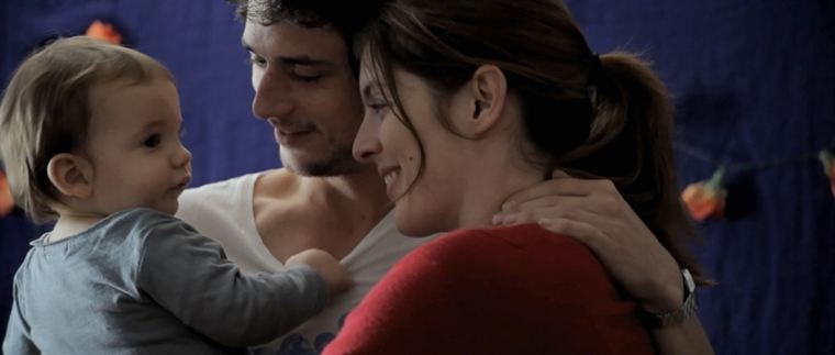 Adam (César Desseix) est né, et bénéficie de l'attention de ses parents Roméo (Jérémie Elkaïm) et Juliette (Valérie Donzelli)