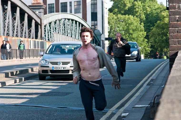 Barry Weiss (Aidan Gillen), fortement suspecté d'être le Blitz, tente d'échapper à la Police et notamment à Brant (Jason Statham)