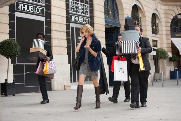 Moussa (Ralph Amoussou), Karim (William Lebghil) et Nico (Alban Ivanov) accompagnent leur cliente Marie Van Verten (Stéphanie Crayencour) dans sa séance shopping