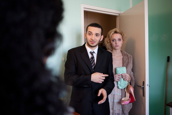 Karim (William Lebghil) doit cacher sa cliente Marie Van Verten (Stéphanie Crayencour) chez sa mère...