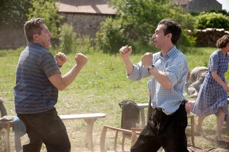 Les instituteurs des deux villages, Monsieur Labru (Alain Chabat) et Maître Merlin (Eric Elmosnino), ne se font pas de cadeaux non plus...