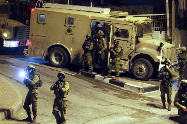 اعتقال فتى وإصابة العشرات بالاختناق خلال اقتحام قوات الاحتلال بلدة بيت أمر