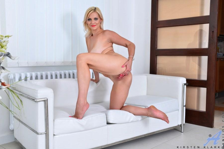 Anilos.com - Kirsten Klark: Hot Mom