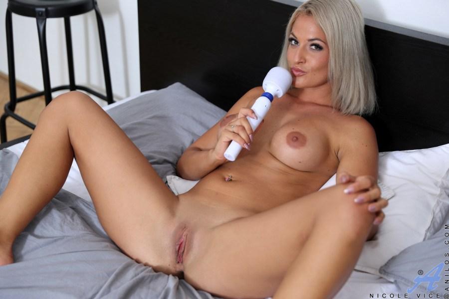 Anilos.com - Nicole Vice: Sexy Blonde